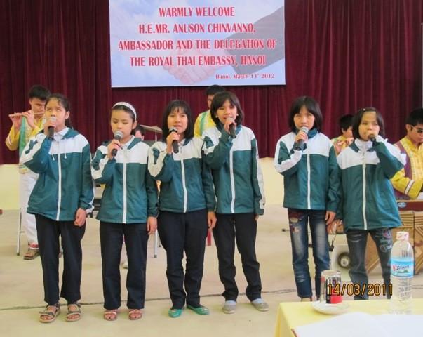 กิจกรรมการกุศลของสถานทูตไทยประจำเวียดนาม ณ โรงเรียนคนตาบอด NguyenDinhChieu - ảnh 6