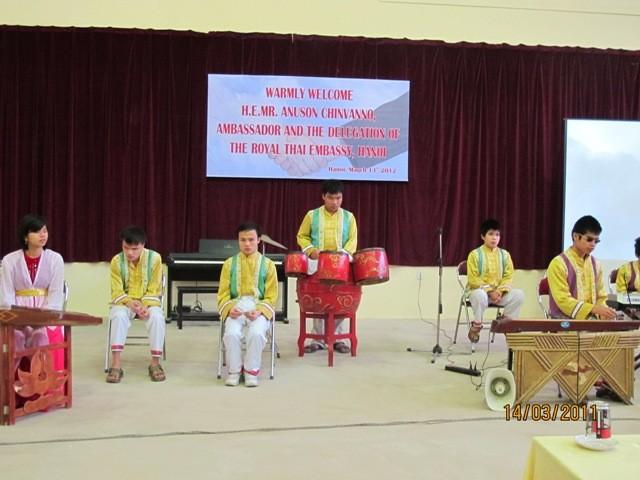 กิจกรรมการกุศลของสถานทูตไทยประจำเวียดนาม ณ โรงเรียนคนตาบอด NguyenDinhChieu - ảnh 5