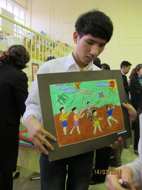 กิจกรรมการกุศลของสถานทูตไทยประจำเวียดนาม ณ โรงเรียนคนตาบอด NguyenDinhChieu - ảnh 14