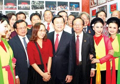 บรรดาศิลปินละครเวทีต้องเป็นสะพานเชื่อมแห่งมิตรภาพระหว่างเวียดนามกับเพื่อนมิตรชาวต่างชาติ - ảnh 1