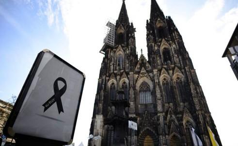 เยอรมนีจัดพิธีไว้ทุกข์ทั่วประเทศเพื่อไว้อาลัยเหยื่ออุบัติเหตุเครื่องบินของสายการบินเยอรมัน วิงส์   - ảnh 1