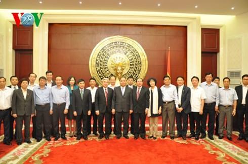 รองนายกรัฐมนตรีเหงวียนซวนฟุกเยือนสถานทูตเวียดนามประจำประเทศจีน - ảnh 1