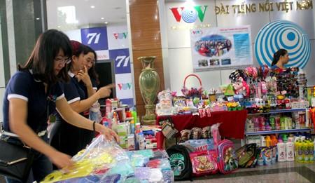 งานแสดงสินค้าเพื่อการกุศลในโอกาสฉลองครบรอบ๗๑ปีการก่อตั้งสถานีวิทยุเวียดนาม - ảnh 1