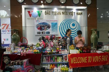 งานแสดงสินค้าเพื่อการกุศลในโอกาสฉลองครบรอบ๗๑ปีการก่อตั้งสถานีวิทยุเวียดนาม - ảnh 9