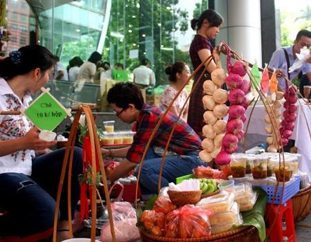 งานแสดงสินค้าเพื่อการกุศลในโอกาสฉลองครบรอบ๗๑ปีการก่อตั้งสถานีวิทยุเวียดนาม - ảnh 10