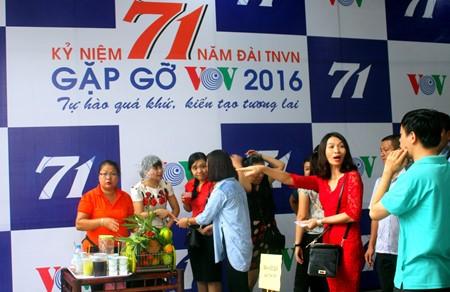 งานแสดงสินค้าเพื่อการกุศลในโอกาสฉลองครบรอบ๗๑ปีการก่อตั้งสถานีวิทยุเวียดนาม - ảnh 15