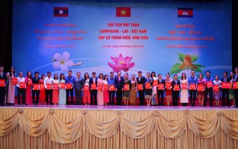 ประธานแนวร่วมเวียดนาม ลาวและกัมพูชาพบปะกับเยาวชนและนักศึกษา - ảnh 1