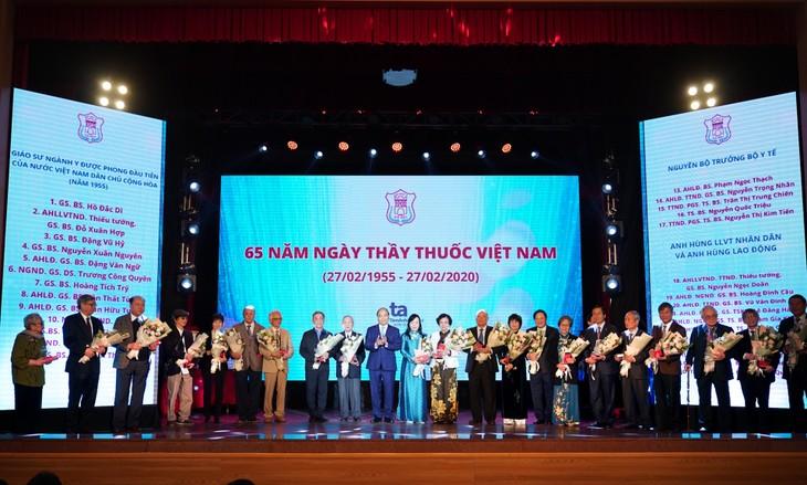 นายกรัฐมนตรีเหงวียนซวนฟุกเข้าร่วมพิธีรำลึกครบรอบ 65 ปีวันแพทย์เวียดนาม  - ảnh 1
