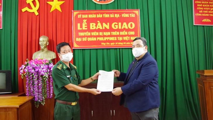 Prajurit tentara perbatasan Provinsi Ba Ria – Vung Tau menyerahkan awak kapal orang Filipina ke tanah airnya - ảnh 1