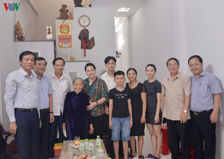ประธานสภาแห่งชาติเยือนคุณแม่วีรชนเวียดนามและครอบครัวที่อยู่ในเป้านโยบายในนครดานัง - ảnh 1