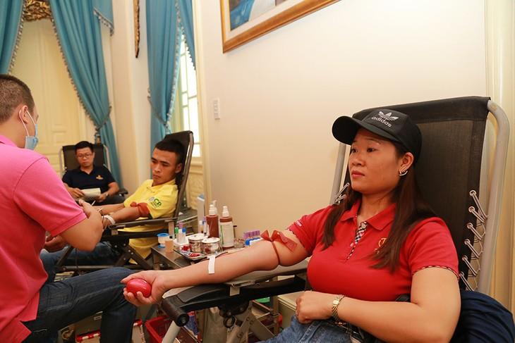 กิจกรรมบริจาคโลหิตของสถานทูตไทยประจำกรุงฮานอย - ảnh 5
