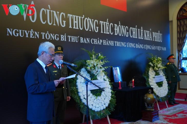 สถานทูตเวียดนามประจำประเทศต่างๆจัดพิธีไว้อาลัยอดีตเลขาธิการใหญ่พรรคฯ เลขาเฟียว - ảnh 1