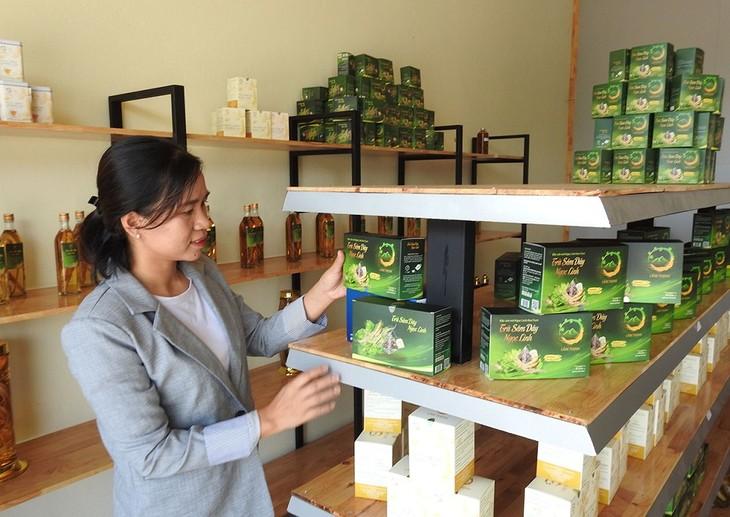 สตรีคนหนึ่งมีส่วนร่วมสร้างเครื่องหมายการค้าให้แก่ตังเซียมกอนตุม - ảnh 1