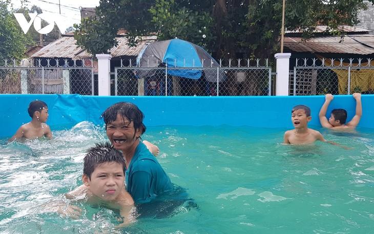สตรีที่สอนเด็กว่ายน้ำที่ได้รับการยกย่องจากนิตยาสาร Forbes Vietnam - ảnh 2