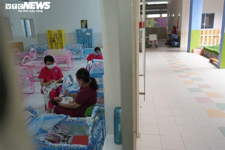 เรื่องราวเกี่ยวกับศูนย์ดูแลทารกแรกคลอดจากแม่ที่ป่วยโรคโควิด -19 ณ นครโฮจิมินห์ - ảnh 2