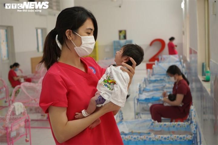เรื่องราวเกี่ยวกับศูนย์ดูแลทารกแรกคลอดจากแม่ที่ป่วยโรคโควิด -19 ณ นครโฮจิมินห์ - ảnh 1