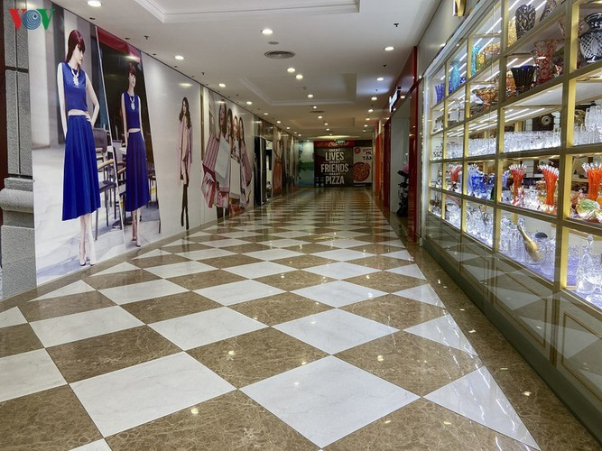 Commercial centres deserted in Hanoi amidst COVID-19 fears - ảnh 3