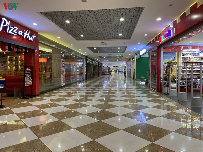 Commercial centres deserted in Hanoi amidst COVID-19 fears - ảnh 7