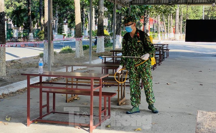COVID-19 isolation area set up close to Tan Son Nhat Int'l Airport - ảnh 12