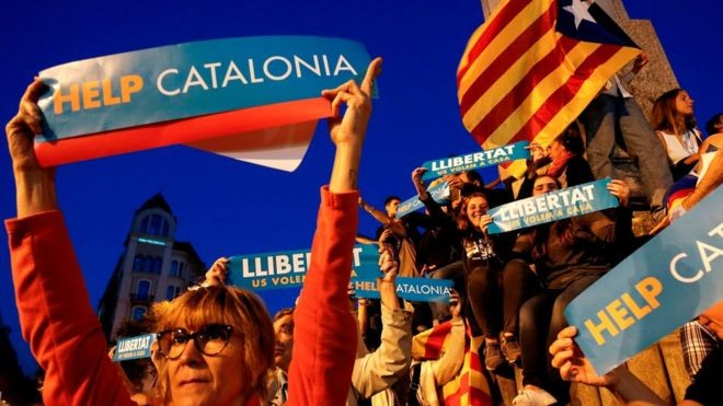 Catalonia crisis: Spain moves to suspend autonomy - ảnh 1