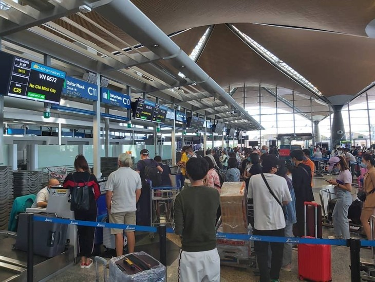 More than 300 Vietnamese citizens brought home from Malaysia - ảnh 1