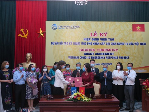 World Bank provides emergency aid to help Vietnam cope with COVID-19 - ảnh 1