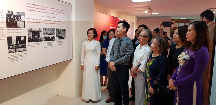 Exhibition highlights Vietnam's national flag, anthem, and emblem - ảnh 2