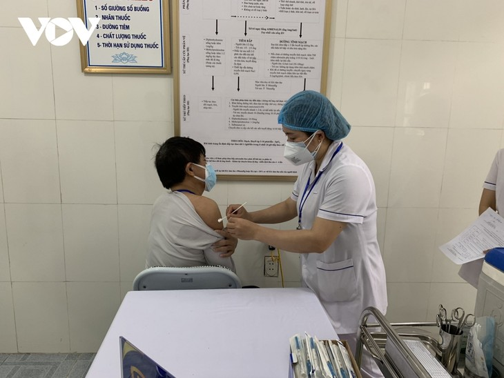 Medical workers prioritized for COVID-19 vaccination. - ảnh 1