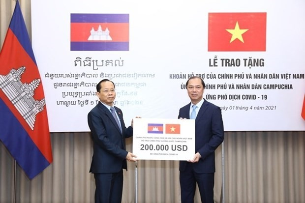 Vietnam hands over 200,000 USD to help Cambodia fight COVID-19 - ảnh 1
