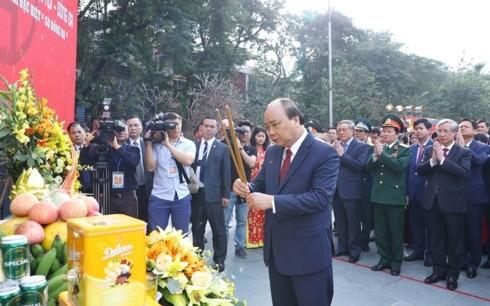 阮春福出席玉回-栋多大捷230周年纪念仪式并上香 - ảnh 1