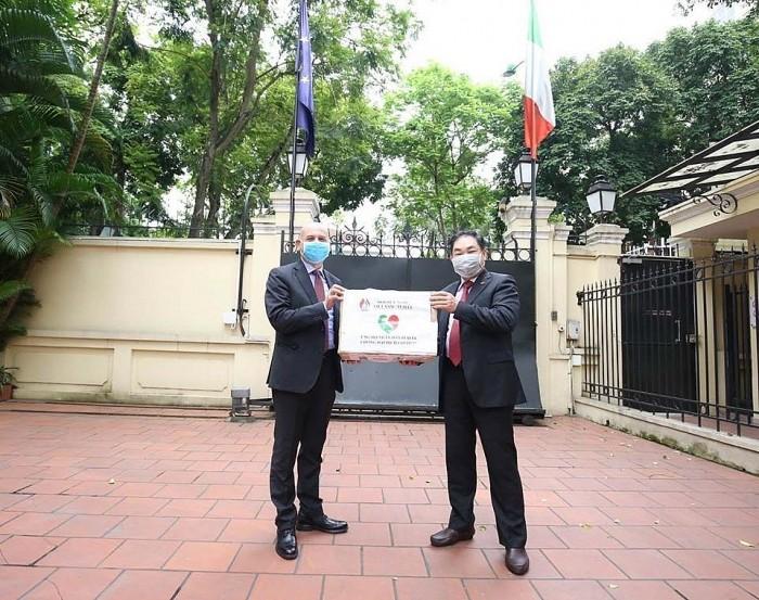 意大利驻越大使对越南向意大利防控新冠肺炎疫情捐赠物资表示感谢 - ảnh 1