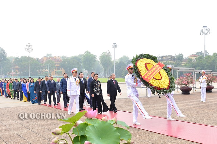 越南党、国家、祖国阵线和国会代表团入陵瞻仰胡志明主席遗容 - ảnh 1