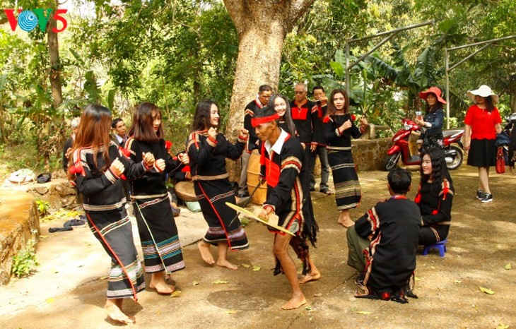 Young E-de ethnic people eager to preserve local culture - ảnh 3