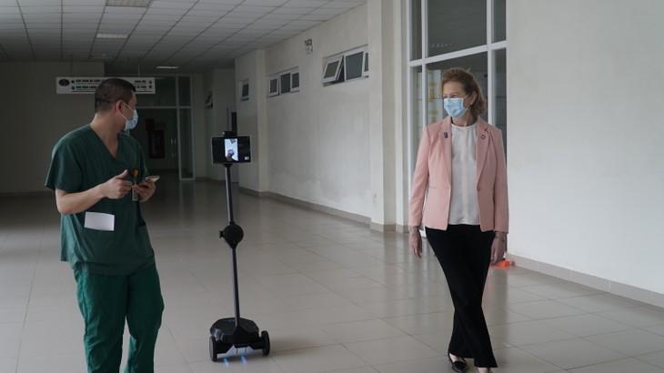 UNDP presents robots to help medical staff work remotely  - ảnh 1