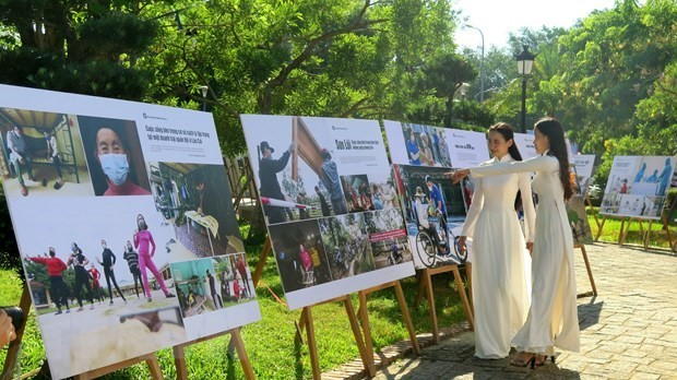 Photo exhibition features Vietnam's fight against COVID-19 - ảnh 1