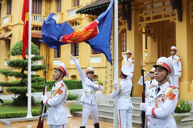 Flag raising ceremony marks ASEAN's 53rd anniversary - ảnh 1