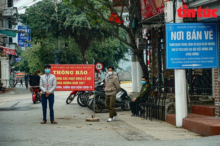 Anti-COVID-19 measures strictly enforced at festivals across Vietnam - ảnh 2