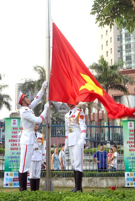 Subida de banderas en el V Festival deportivo escolar del Sudeste asiático  - ảnh 1