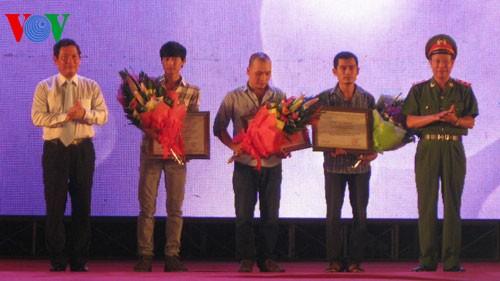 Entrega del premio del concurso de carteles contra la droga - ảnh 1