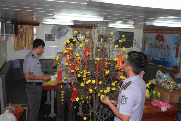 Entregan regalos por Año Nuevo Lunar 2020 a soldados estacionados en zonas insulares - ảnh 1