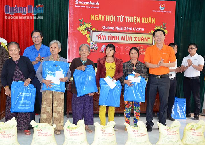 Ofrecen regalos a necesitados y familias meritorias en ocasión del Tet 2020 - ảnh 1