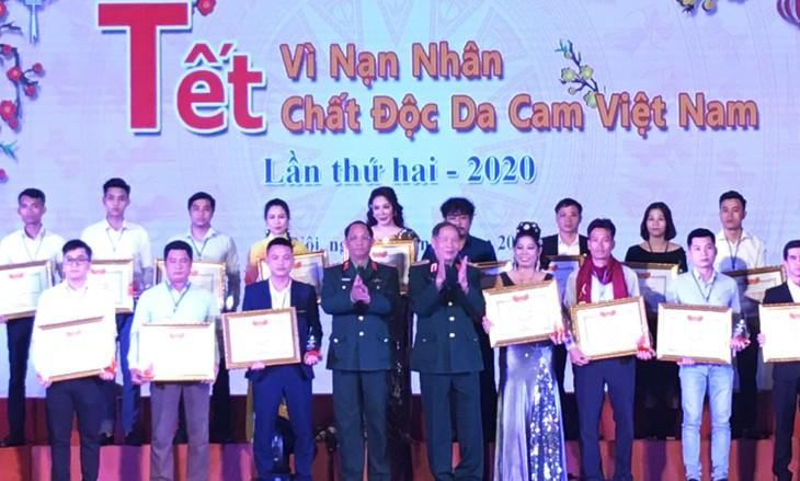 Celebran en Hanói programa en apoyo a víctimas de dioxina en ocasión del Tet - ảnh 1