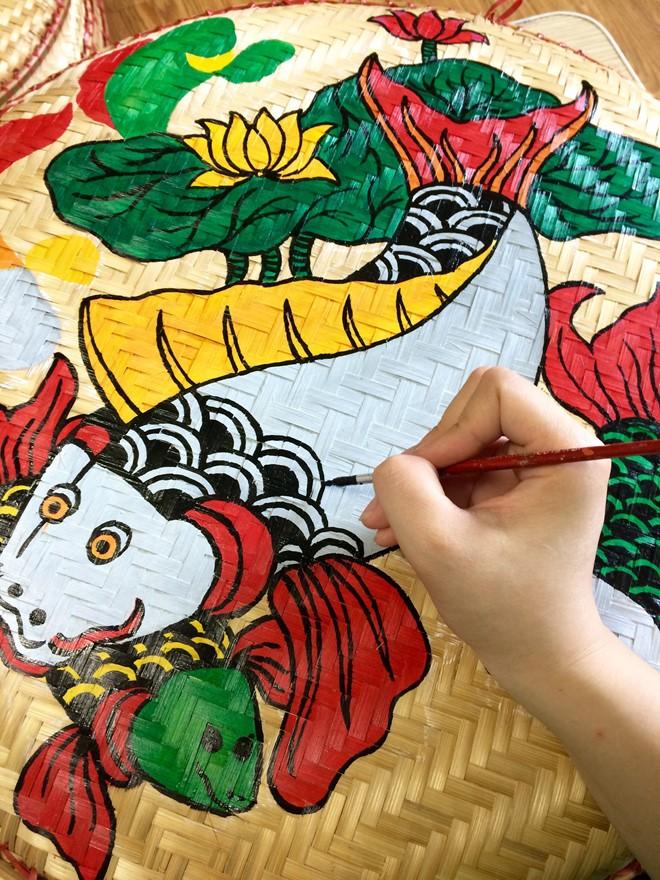 Una joven y su pasión por copiar pinturas populares en bandejas de bambú - ảnh 2