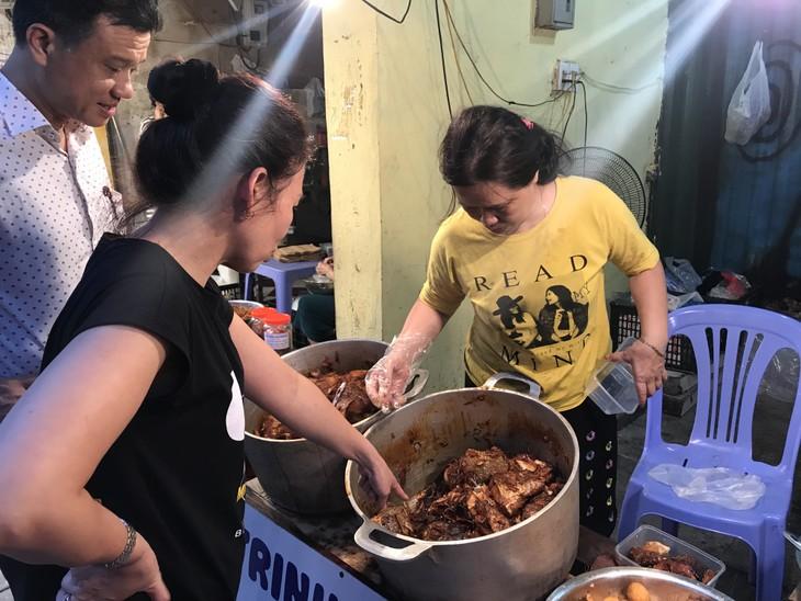 Estofado de pescado del mercado Hang Be, plato favorito de los hanoyenses  - ảnh 1