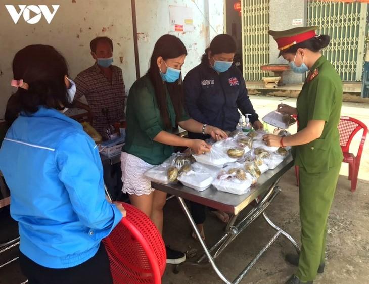 """""""Bep Com Xa Hoi"""" entrega comidas gratis a los afectados por covid-19 en Dak Lak - ảnh 1"""