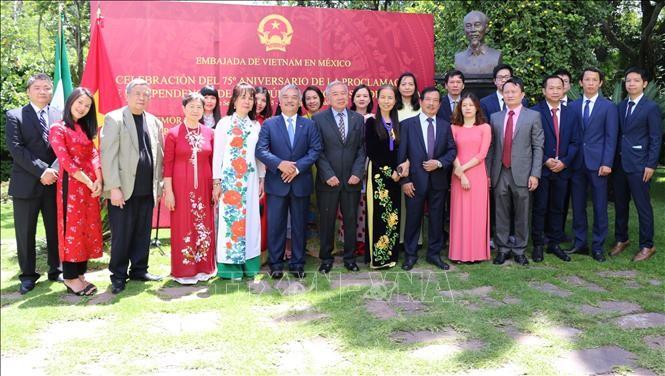 Celebran 75 aniversario de Fiesta Nacional de Vietnam en Suiza, Singapur y México - ảnh 1