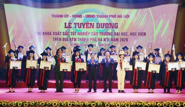 Hanói condecora a 88 graduados con los mejores resultados académicos en 2020 - ảnh 1
