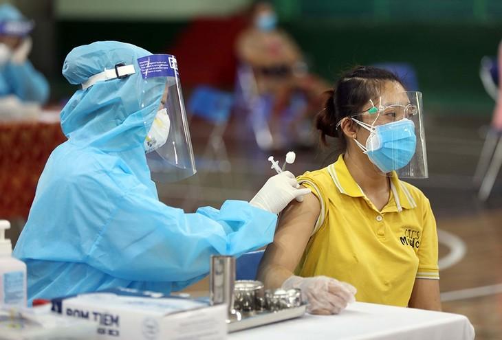 Vietnam reitera importancia de universalizar las vacunas al entrar en la etapa de nueva normalidad - ảnh 1