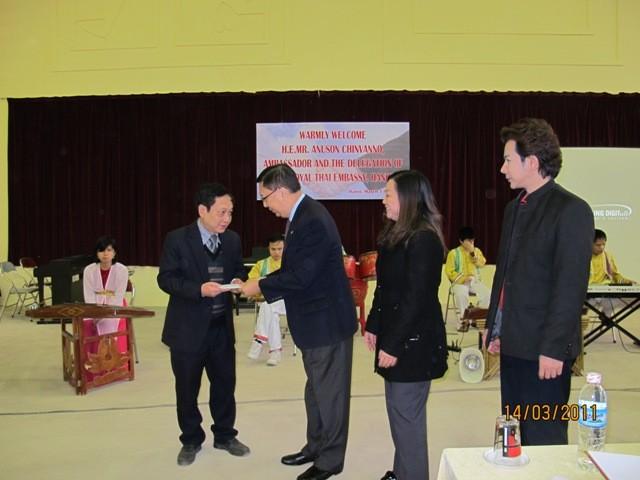 สถานทูตไทยและสมาคมนักธุรกิจไทยประจำเวียดนามเยือนโรงเรียนคนตาบอด - ảnh 1