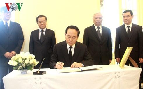 ผู้นำเวียดนามเข้าร่วมพิธีถวายอาลัยพระบาทสมเด็จพระเจ้าอยู่หัวในพระบรมโกศ - ảnh 1